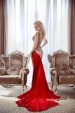 κομψή κυρία Όμορφο ξανθό πρότυπο γυναικών στο φόρεμα μόδας με στοκ εικόνα