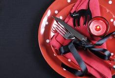 Κομψή κόκκινη και μαύρη να δειπνήσει κομμάτων αποκριών θέματος επιτραπέζια θέση που θέτει με το διάστημα αντιγράφων στοκ φωτογραφία με δικαίωμα ελεύθερης χρήσης
