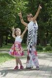 Κομψή κόρη και mum χορός Στοκ Φωτογραφία