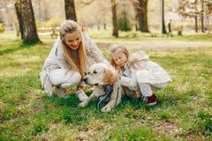Κομψή μητέρα με τη χαριτωμένη κόρη στοκ φωτογραφία