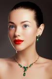 κομψή μοντέρνη γυναίκα κοσμήματος μπλε έξυπνη γυναίκα μόδας προσώπου έννοιας ομορφιάς makeup Στοκ Εικόνες