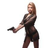 Κομψή μοντέρνη γυναίκα με ένα πυροβόλο όπλο στα χέρια Στοκ φωτογραφία με δικαίωμα ελεύθερης χρήσης