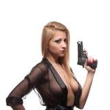 Κομψή μοντέρνη γυναίκα με ένα πυροβόλο όπλο στα χέρια Στοκ Φωτογραφίες