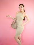 Κομψή μοντέρνη γυναίκα με την τσάντα δέρματος στοκ εικόνα με δικαίωμα ελεύθερης χρήσης
