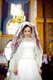 Κομψή μοντέρνη νύφη με το floral μαντίλι για το κεφάλι στην παλαιά εκκλησία, weddin Στοκ εικόνα με δικαίωμα ελεύθερης χρήσης