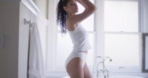 Κομψή νέα γυναίκα mixedrace που φορά τα εσώρουχα στοκ εικόνες