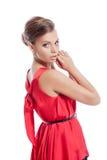 Κομψή νέα τοποθέτηση γυναικών στο φόρεμα κοκτέιλ στοκ φωτογραφία