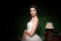 Κομψή νύφη στο πράσινο εκλεκτής ποιότητας δωμάτιο Στοκ Εικόνες