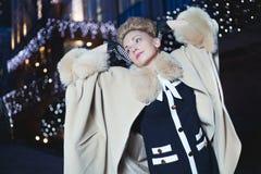 Κομψή ξανθή γυναίκα στο αναδρομικό ύφος σε ένα βράδυ πτώσης υπαίθρια Στοκ εικόνες με δικαίωμα ελεύθερης χρήσης