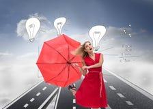Κομψή ξανθή ομπρέλα εκμετάλλευσης Στοκ φωτογραφία με δικαίωμα ελεύθερης χρήσης