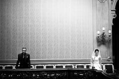 Κομψή πανέμορφη νύφη και μοντέρνη τοποθέτηση νεόνυμφων στον παλαιό τοίχο μέσα Στοκ εικόνα με δικαίωμα ελεύθερης χρήσης