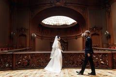 Κομψή πανέμορφη νύφη και μοντέρνη τοποθέτηση νεόνυμφων στο παλαιό ξύλινο ST Στοκ φωτογραφίες με δικαίωμα ελεύθερης χρήσης