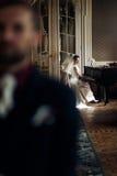 Κομψή πανέμορφη νύφη που παίζει το fortepiano και το μοντέρνο handso Στοκ εικόνες με δικαίωμα ελεύθερης χρήσης