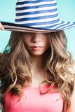 Κομψή προκλητική γυναίκα με το καπέλο γυναίκα πορτρέτου προσώπου κινηματογραφήσεων σε πρώτο πλάνο Το καπέλο κλείνει τα μάτια της Στοκ φωτογραφία με δικαίωμα ελεύθερης χρήσης