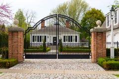 Κομψή πύλη επεξεργασμένος-σιδήρου στοκ φωτογραφία με δικαίωμα ελεύθερης χρήσης