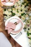 Κομψή ρύθμιση γαμήλιων πινάκων, floral διακόσμηση, εστιατόριο Στοκ Εικόνα