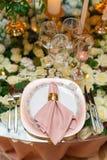 Κομψή ρύθμιση γαμήλιων πινάκων, floral διακόσμηση, εστιατόριο Στοκ Εικόνες