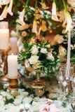 Κομψή ρύθμιση γαμήλιων πινάκων, floral διακόσμηση, εστιατόριο Στοκ Φωτογραφίες