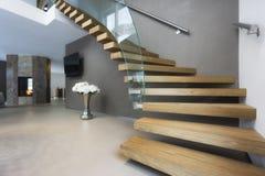 Κομψή σκάλα ξύλου και γυαλιού στο σπίτι πολυτέλειας Στοκ Εικόνες