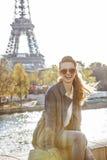 Κομψή συνεδρίαση γυναικών στο στηθαίο στο Παρίσι, φράγκο στοκ εικόνα με δικαίωμα ελεύθερης χρήσης
