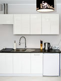 Άσπρη κουζίνα Στοκ φωτογραφία με δικαίωμα ελεύθερης χρήσης