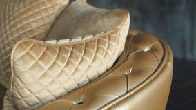 Κομψή χρυσή σύσταση δέρματος με τα κουμπιά για το υπόβαθρο και το σχέδιο απόθεμα βίντεο