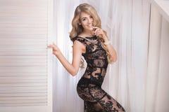 Κομψή όμορφη γυναίκα στο προκλητικό φόρεμα Στοκ φωτογραφία με δικαίωμα ελεύθερης χρήσης