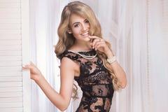 Κομψή όμορφη γυναίκα στο προκλητικό φόρεμα Στοκ Φωτογραφίες