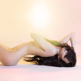 Κομψή nude γυναίκα στο φωτεινό εσωτερικό Στοκ εικόνες με δικαίωμα ελεύθερης χρήσης