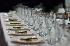 Κομψοί επιτραπέζιοι διορισμοί στο εστιατόριο στοκ φωτογραφίες