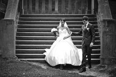 Κομψοί μοντέρνοι νέοι όμορφοι νύφη και νεόνυμφος ζευγών Στοκ φωτογραφία με δικαίωμα ελεύθερης χρήσης