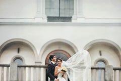 Κομψοί μοντέρνοι νέοι όμορφοι νύφη και νεόνυμφος ζευγών Στοκ εικόνες με δικαίωμα ελεύθερης χρήσης