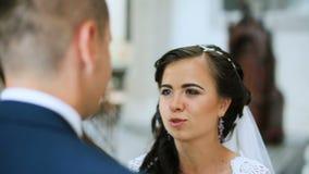 Κομψοί νύφη και νεόνυμφος που φορούν τα μπλε χέρια εκμετάλλευσης κοστουμιών που περπατούν στην παλαιά εκκλησία απόθεμα βίντεο