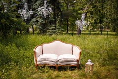 Κομψός άσπρος καναπές στον κήπο Στοκ Εικόνα