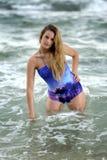 Κομψός έφηβος στη θάλασσα στοκ εικόνες