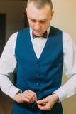 Κομψός αθλητικός νεαρός άνδρας που ντύνει το μπλε κοστούμι σμόκιν για το εορταστικό γεγονός Στοκ Εικόνα