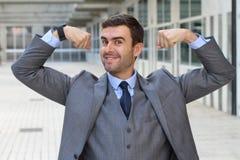 Κομψός αστείος επιχειρηματίας που λυγίζει τους μυς του Στοκ φωτογραφία με δικαίωμα ελεύθερης χρήσης