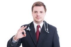 Κομψός γιατρός ή γιατρός που παρουσιάζει εντάξει τέλεια χειρονομία Στοκ φωτογραφία με δικαίωμα ελεύθερης χρήσης