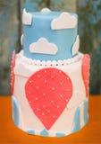 Κομψός γλυκός πίνακας με το μεγάλο κέικ στο κόμμα γευμάτων ή γεγονότος Στοκ εικόνα με δικαίωμα ελεύθερης χρήσης