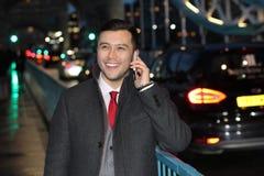 Κομψός εθνικός επιχειρηματίας που καλεί τηλεφωνικώς Στοκ Εικόνες