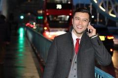 Κομψός εθνικός επιχειρηματίας που καλεί τηλεφωνικώς Στοκ εικόνες με δικαίωμα ελεύθερης χρήσης