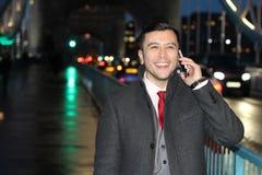 Κομψός εθνικός επιχειρηματίας που καλεί τηλεφωνικώς Στοκ Φωτογραφίες