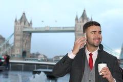 Κομψός εθνικός επιχειρηματίας που καλεί τηλεφωνικώς Στοκ φωτογραφία με δικαίωμα ελεύθερης χρήσης