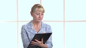 Κομψός επιθεωρητής γυναικών που γράφει στην περιοχή αποκομμάτων απόθεμα βίντεο