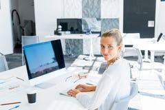 Κομψός εργαζόμενος γραφείων Στοκ φωτογραφίες με δικαίωμα ελεύθερης χρήσης