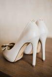 Κομψός και μοντέρνος, νυφικά παπούτσια πολυτέλειας μπλε garter λουλουδιών λεπτομερειών γάμος δαντελλών Στοκ Εικόνα