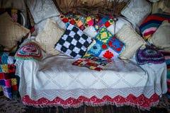 Κομψός καναπές Boho Στοκ εικόνα με δικαίωμα ελεύθερης χρήσης