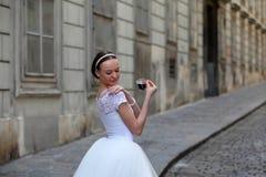 Κομψός καφές κατανάλωσης ballerina στην οδό Στοκ φωτογραφία με δικαίωμα ελεύθερης χρήσης