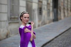 Κομψός καφές κατανάλωσης ballerina στην οδό στοκ εικόνα