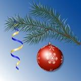 Κομψός κλάδος με μια σφαίρα Χριστουγέννων ελεύθερη απεικόνιση δικαιώματος